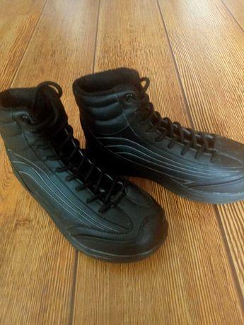 Czarne  buty na grubej podeszwie.