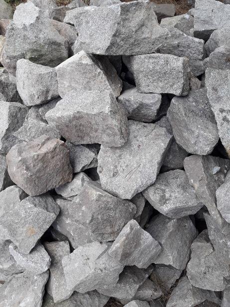 kamień granitowy nieregularny do ogrodu