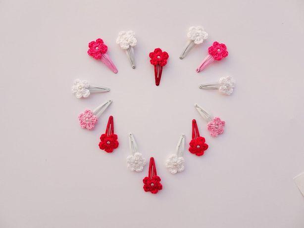 Spinki dla dziewczynki z szydełkowym kwiatuszkiem.