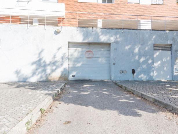 Parqueamento em garagem de prédio, na Urbanização Margens...