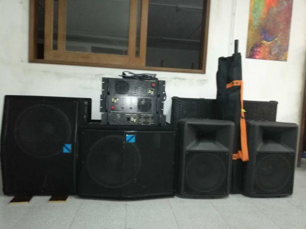 Colunas de som profissionais + amplificadores.