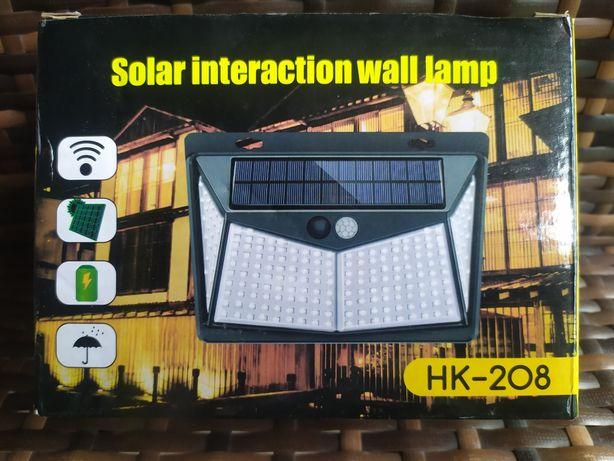 lampa solarna posiada 208 diod LED z czujnikiem ruchu i zmierzchu.