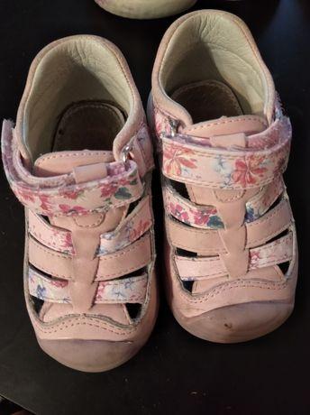 Zabudowane sandały rozmiar 22