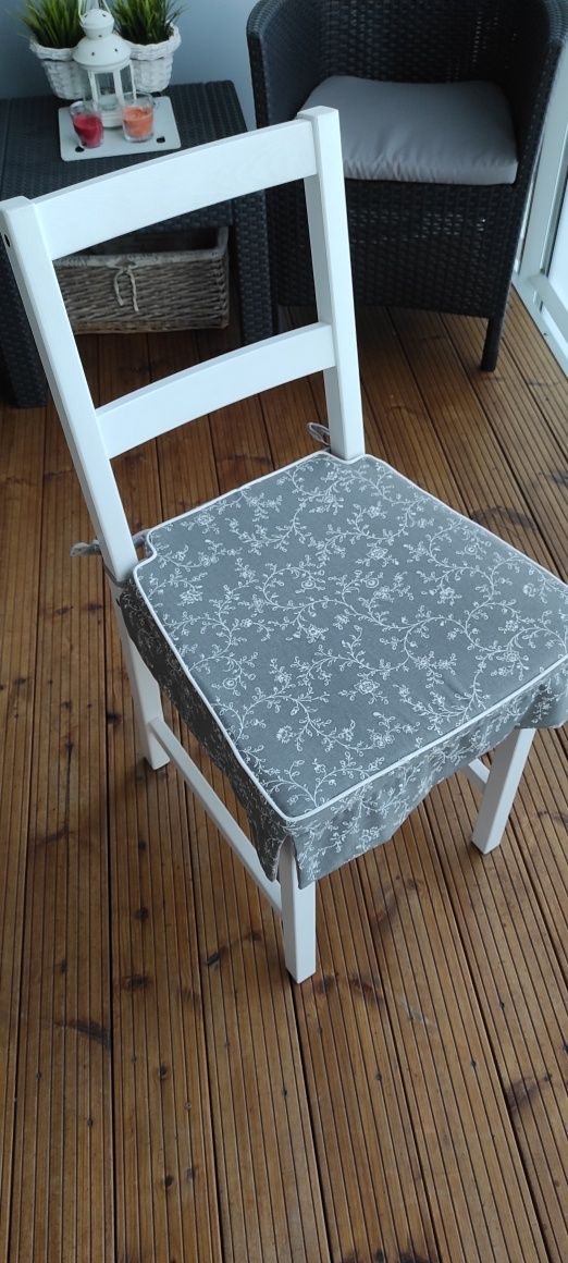 Krzesła z poduchami