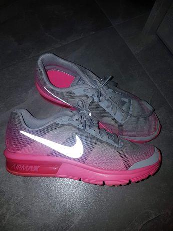 Buty sportowe firmy Nike.