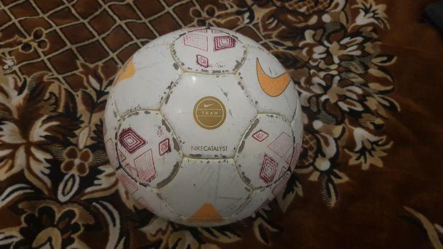 Футбольный мяч Nike и Mikasa