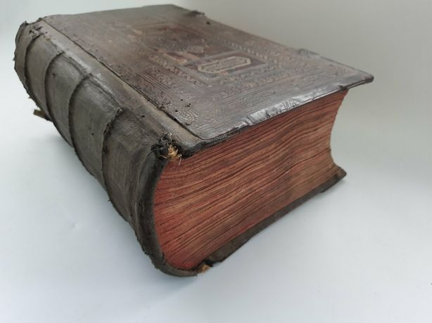 Огромная Древняя книга
