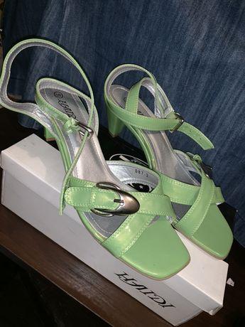 Zielone sandałki , zapinane w koło kostki - rozmiar 40