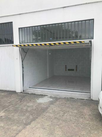 Aluga-se garagem para estacionar carro ou para arrumações