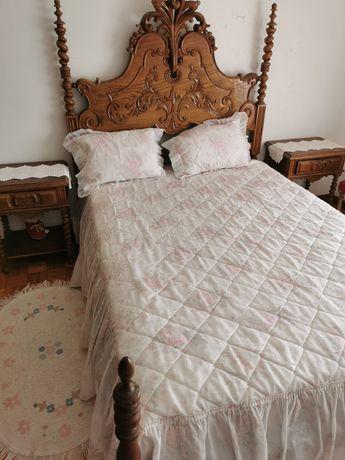Mobília de quarto estilo antigo.