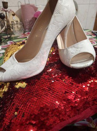 Продам нарядные туфли