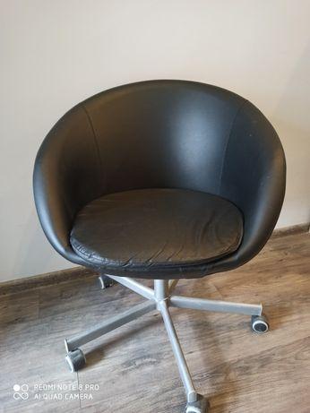 Czarne krzesło obrotowe