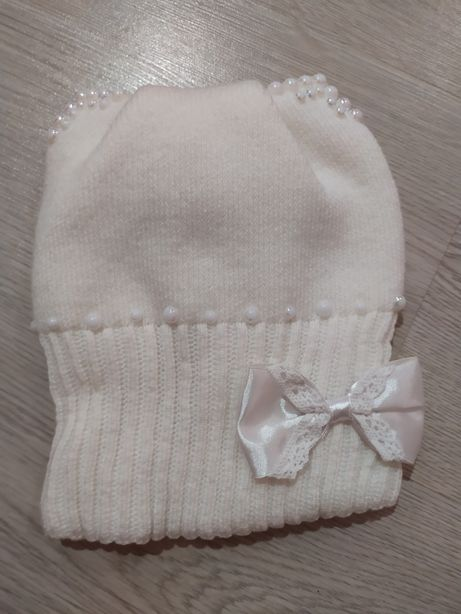 Теплая шапка на девочку 2-3года .Белая+подарок варежки
