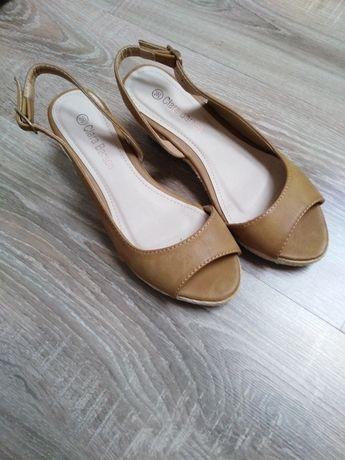 Sandały na koturnie 36