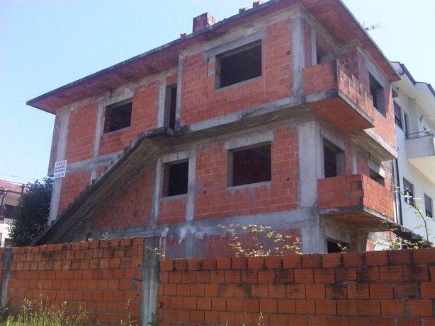 Moradia Bifamiliar em construção