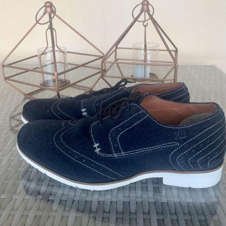 Sapatos formais azul marinho e branco