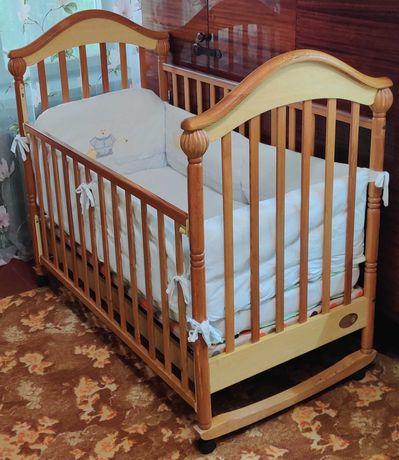 Детская кроватка на колёсиках с ящиком + матрас + защита.