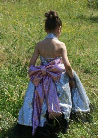 Новое платье с пайетками,красивый бант и шлейф,выпуск