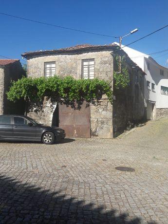 Casa (em pedra de granito) no largo principal de Aldeia de Nacomba