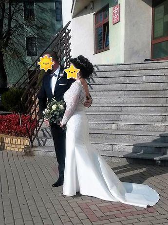 Hiszpańska suknia ślubna koronkowa z długim rękawem i trenem
