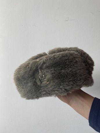 Wojskowa czapka uszatka