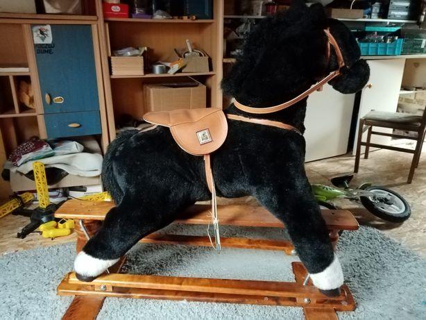 Stary koń na biegunach antyk