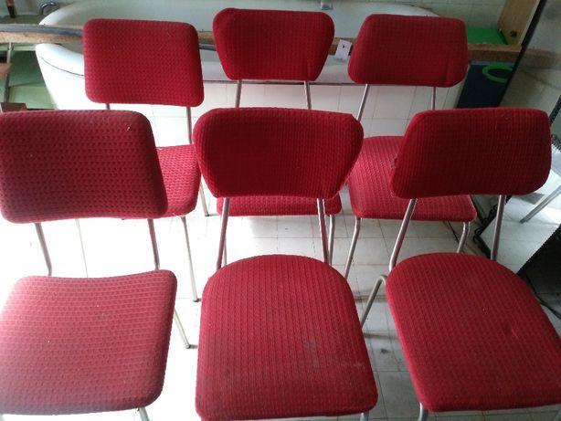 Krzesła na metalowych nogach z lat 60-tych