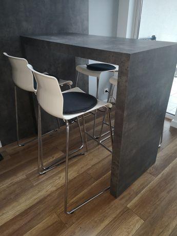 Stolik/lada z wysokimi krzesłami