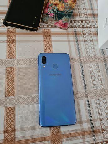 Samsung A40 w bardzo dobrym stanie