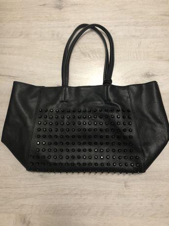 Czarna torebka dżety
