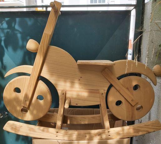 Brinquedo bicicleta em madeira
