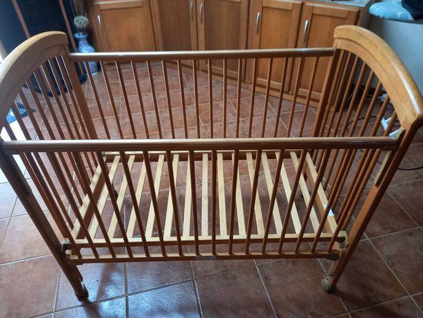 Cama de madeira para bebé