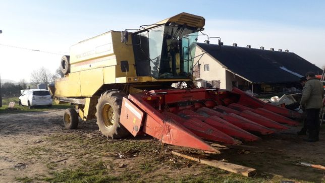 New Holland TF 42 z przystawką do kukurydzy Geringhoff