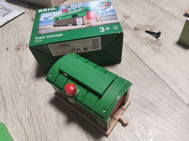 Депо с механическими дверями BRIO 33574 для деревянной железной дороги