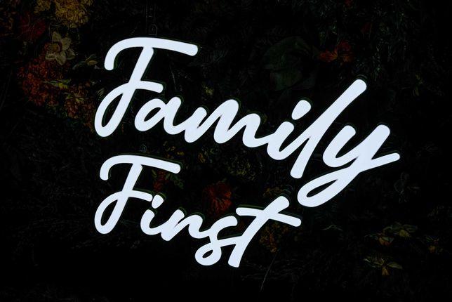 Napis Family First Led Ledon Neon - wynajem   Wybierz Słowo!