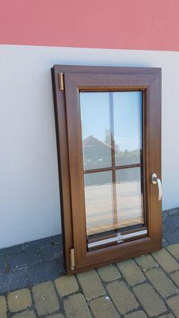 Okno PCV 60x107 cm z roletą plisowaną.