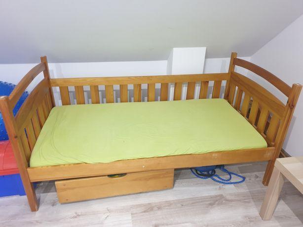 Łóżko dziecięce drewniane.