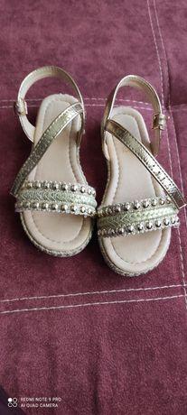 Sandálias de menina como novas.