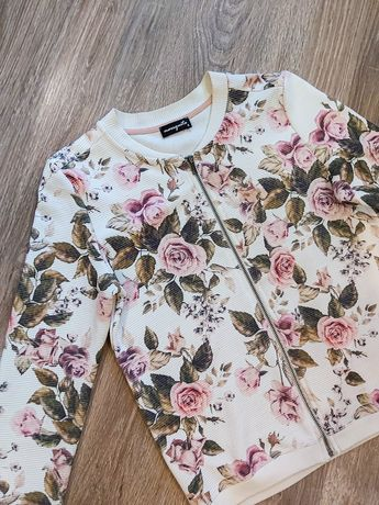 Белая кофта с цветочным принтом