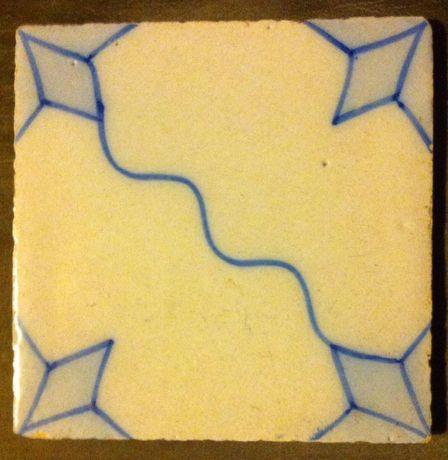 Azulejo Antigo sinusoide azul e branco