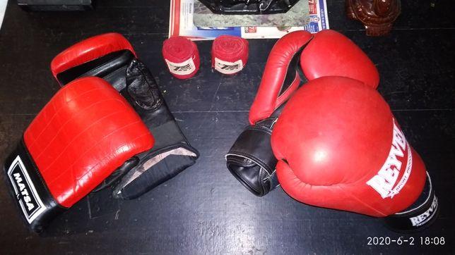 Боксёрские перчатки с бинтами.
