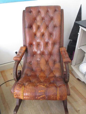 Cadeira de baloiço em madeira e pele