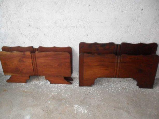 2 Camas de solteiro, de madeira maciça