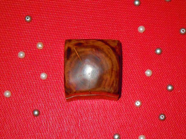 Drewniane pudełko na pierścionek zaręczynowy w kształcie serca