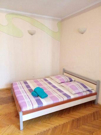 Квартира подобово у цeнтрі Львова (3 кімнати до 8осіб)