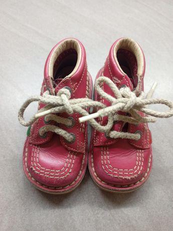 Кожаные высокие ботинки розового цвета на плоской подошве Kickers.