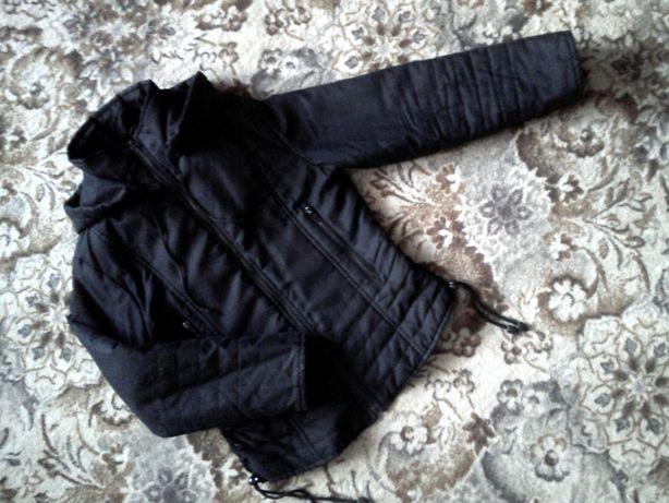 Черная осенняя куртка с капюшоном, размер S
