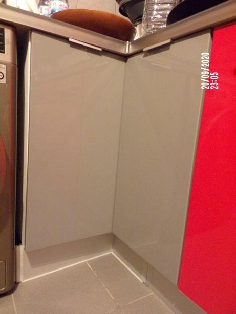 portas cinzentas armários de cozinha para canto