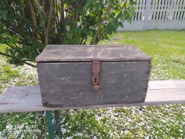 Stary drewniany kufer skrzynia skrzynka