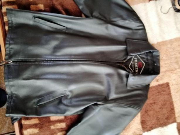 Продам осеннюю черную куртку ( свиная), зимнюю (тёрка коричневая), и